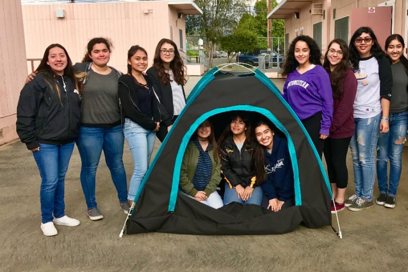 12 giovani ragazze costruiscono la prima tenda solare per homeless
