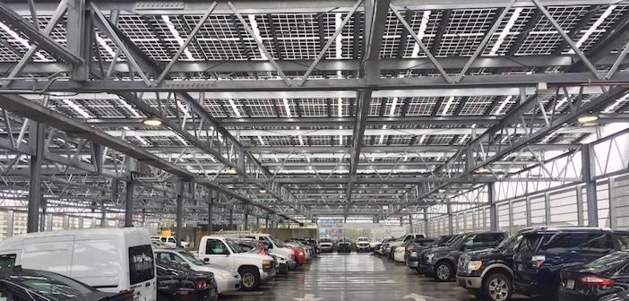 Tettoie con pannelli solari nei parcheggi di centri commerciali e stadi
